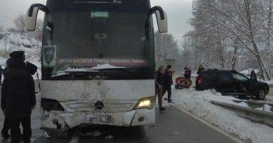 Voleybolcuları taşıyan otobüs cipe çarptı! 3 yaralı var